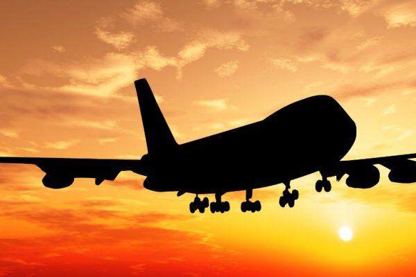 Avion et couché de soleil