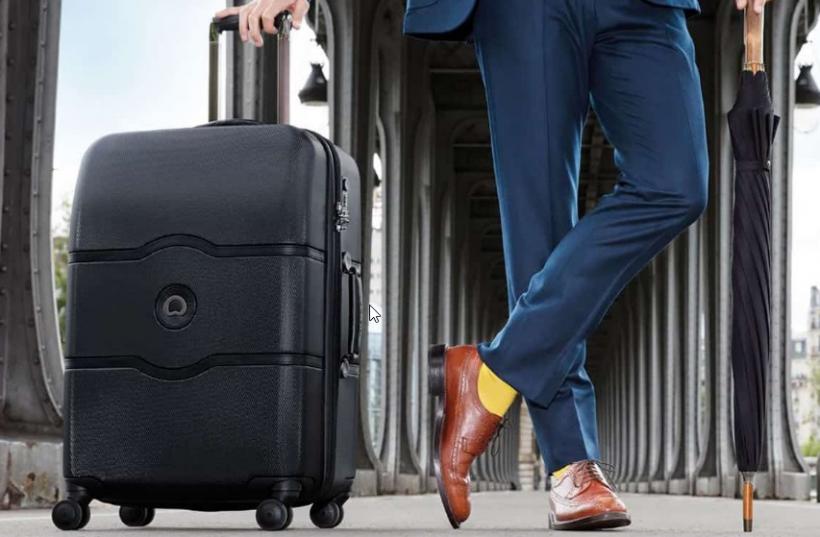 Un homme avec une valise dans sa main
